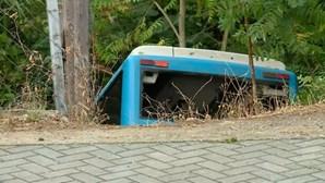 Autocarro despista-se e cai em ribeira em Loures