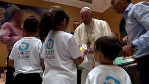 Papa encontra-se com três famílias cristãs que fugiram do Afeganistão