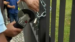 Pais fecham escola a cadeado em Braga