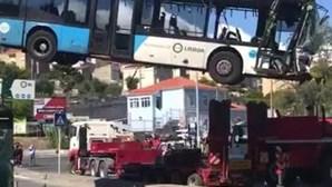 Grua retira autocarro que se despistou e caiu numa ribeira esta quinta-feira em Loures