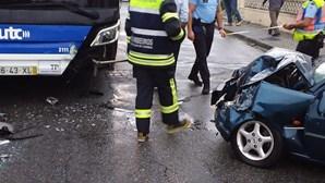 Idoso ferido com gravidade em violenta colisão entre carro e autocarro em Espinho