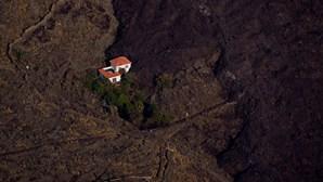 Casa escapa à destruição causada pela lava do vulcão Cumbre Vieja em La Palma. Veja a imagem
