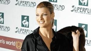 """Linda Evangelista exige 42 milhões de euros a empresa que a deixou """"desfigurada"""""""
