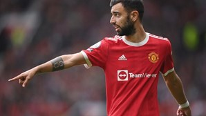 Penálti falhado de Bruno Fernandes 'vale' primeira derrota ao Manchester United