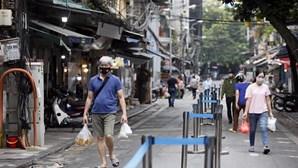 """Homem condenado a dois anos e meio de prisão por """"espalhar"""" vírus da Covid-19 no Vietname"""