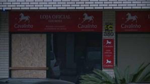 Grupo de encapuzados arromba loja com carrinha roubada e leva milhares de euros em produtos