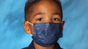 História de menino torna-se viral após criança recusar-se a tirar máscara para fotografia da escola
