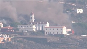 O momento em que igreja desaba com a força da lava em La Palma. Veja as imagens