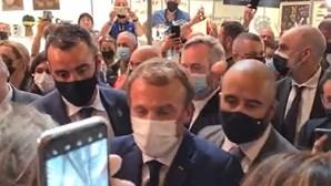 Presidente francês Emmanuel Macron atingido com um ovo na cabeça. Veja o momento