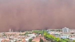 Imagens mostram momento em que tempestade de areia atinge cidades do interior no Brasil