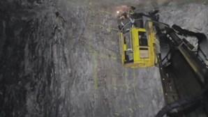 Equipas de emergência tentam resgatar 39 pessoas presas em mina no Canadá