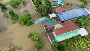 Paraquedistas entregam bens essenciais em zonas afetadas por cheias na Tailândia