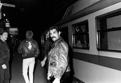 1982: O cantor é 'apanhado' a entrar num comboio rumo a Amesterdão, onde os Queen iam atuar.