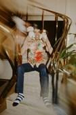 1979: Num hotel em Tóquio durante mais uma série de concertos na cidade, o vocalista dos Queen diverte-se com cães de peluche.