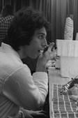 1977: O músico foi 'apanhado' a aplicar eyeliner nos bastidores de um concerto.