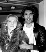 1977: Freddie é visto na companhia da sua namorada Mary Austin. O casal esteve junto durante seis anos.