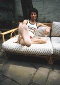 1975: A estrela musical é mais uma vez fotografada em casa, localizada no Holland Park, em Londres.