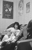 1969: O músico a tocar guitarra no seu apartamento de Londres, em Inglaterra.