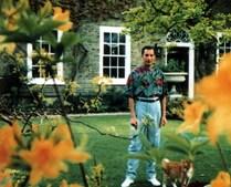 1991: A última fotografia de Freddie Mercury tirada na sua casa em Londres, pouco tempo antes dele falecer.
