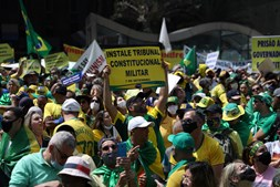 Manifestantes criticam o  Supremo Tribunal Federal (STF) e pedem a destituição dos ministros