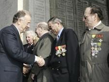 Jorge Sampaio cumprimenta veteranos de guerra
