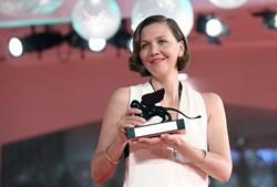 Maggie Gyllenhaal premiada na estreia atrás das câmaras