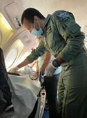 A bordo da aeronave seguiu um médico e dois enfermeiros militares do Núcleo de Evacuações Aeromédicas da Força Aérea