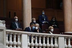 Jorge Sampaio recordado em homenagem no parlamento. Maria José Ritta, viúva do ex-Presidente, e o filho, André Sampaio, assistiram à cerimónia