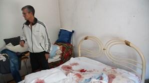 Orlando Santos mostra o estado em que ficou a cama onde a mãe foi baleada pelo namorado, na noite de ontem
