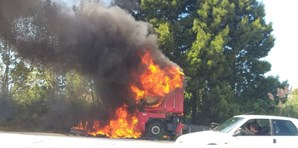 Camião totalmente destruído