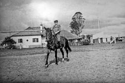 À frente do nosso quartel em Munhango, a cavalo. Cheguei a  fazer 100 quilómetros em cima de um; os cavalos vieram da Argentina de propósito para a guerra