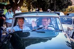 O presidente do PSD, Rui Rio, e o candidato social-democrata à Câmara do Porto, Vladimiro Feliz, participam num desfile de carros clássicos