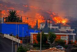 Lava destrói casas após erupção de vulcão em La Palma, nas Canárias