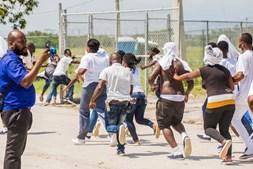 Migrante correram atrás do avião, no aeroporto do Haiti