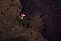 Lava rodeia casa em La Palma