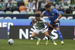 Rúben Vinagre, do sporting (esquerda) luta pela bola contra Claudio Winck (direita), do marítimo no jogo da I Liga