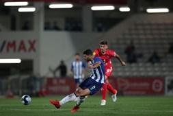 Mehdi Taremi, do FC Porto (esquerda) marca golo no jogo contra o Gil Vicente durante a partida da 7.ª jornada da Liga Bwin