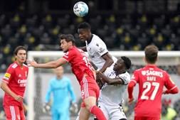 Alfa Semedo (C), do Vitória de Guimarães em ação contra o jogador do Benfica Roman Yaremchuk (2-L)