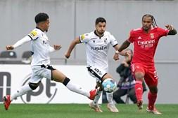 Rafa Soares (E), do Vitória de Guimarães em ação contra o jogador do Benfica Valentino Lazaro (R)