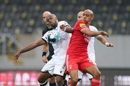 Oscar Estupinan (2-L) do Vitória de Guimarães em ação contra o jogador do Benfica Joao Mario (R)