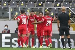 Yaremchuk (2-esquerda), do Benfica celebra após marcar o primeiro golo do jogo frente ao Vitória de Guimarães