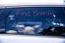 Palavras de ordem escritas na janela de um carro apelam a que Brian (namorado da jovem e principal suspeito da morte da mesma) seja encontrado