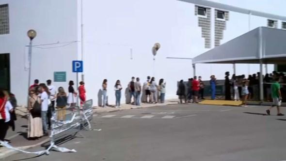 Problemas de agendamento causam fila para vacinação em Alverca