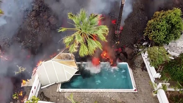 Imagens impressionantes mostram lava a invadir piscina nas Canárias