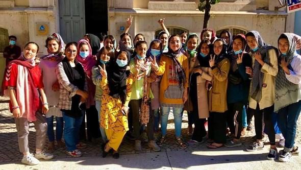 Equipa feminina de futebol afegã que fugiu de Cabul já está em Portugal. Meninas sonham conhecer CR7