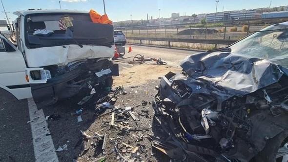 Condutor morre ao chocar contra carro após vários quilómetros em contramão no IC2 em Sacavém