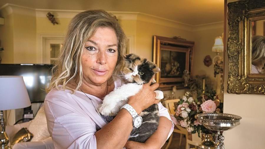 Lenita Gentil com a persa Chanel, que lhe foi oferecida pelo filho da cabeleireira Marina Cruz há cinco anos