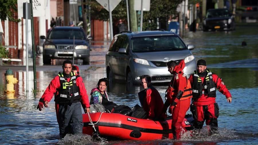 Equipas de salvamento recorreram a barcos de borracha para resgatar dezenas de pessoas isoladas pela subida da água