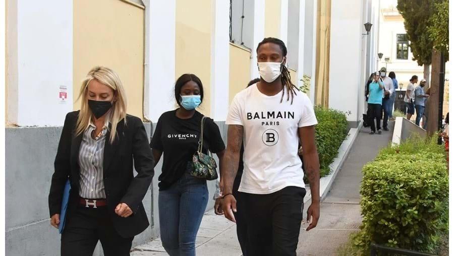 'Ju' , ao centro na foto, entre Rúben e a advogada, à saída do Tribunal de Atenas
