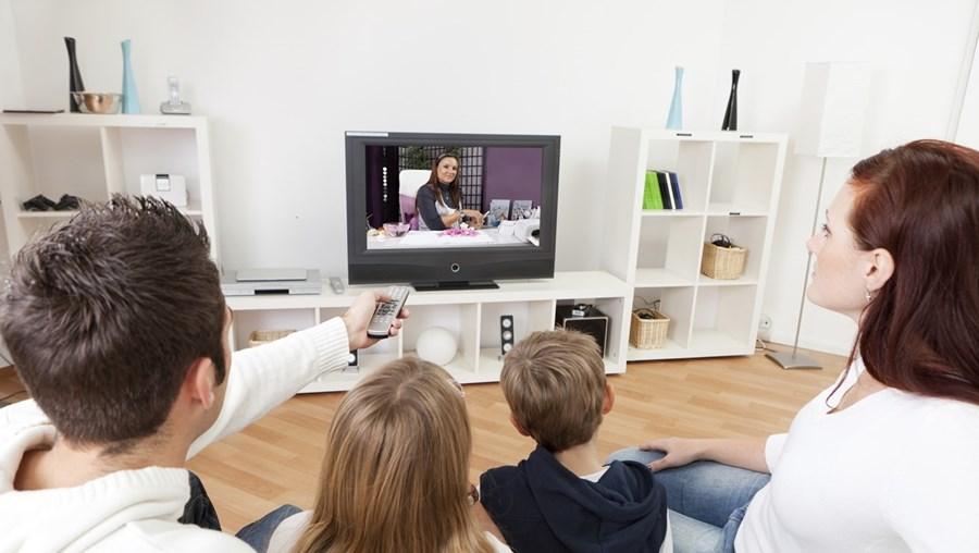 Família a ver televisão